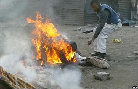 Zimbabwaan wordt in Johannesburg op straat verbrand in 2008.